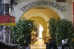 Nhà hàng Minh Chay sau sự cố pate chứa chất độc khiến 9 người nhập viện: Vắng khách, thực đơn chỉ còn giò và chả