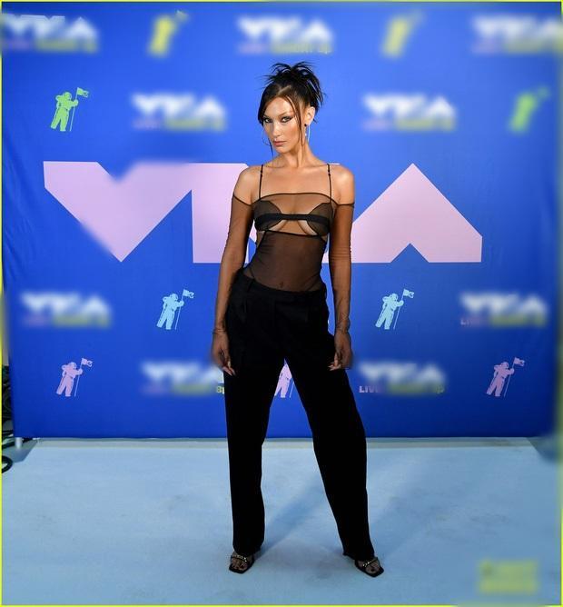 Thảm đỏ VMAs: Miley Cyrus mặc như không - Lady Gaga thay liền 6 bộ đồ cực dị-4