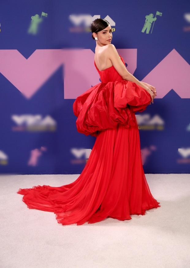 Thảm đỏ VMAs: Miley Cyrus mặc như không - Lady Gaga thay liền 6 bộ đồ cực dị-13