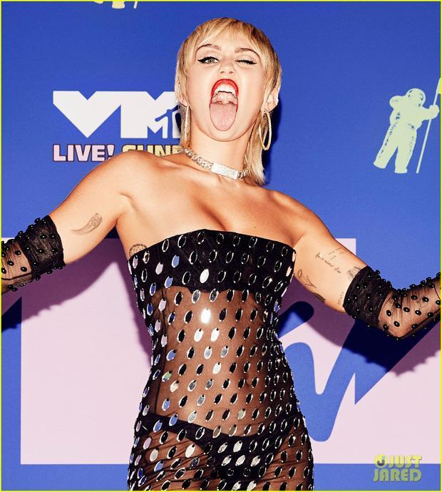 Thảm đỏ VMAs: Miley Cyrus mặc như không - Lady Gaga thay liền 6 bộ đồ cực dị-2