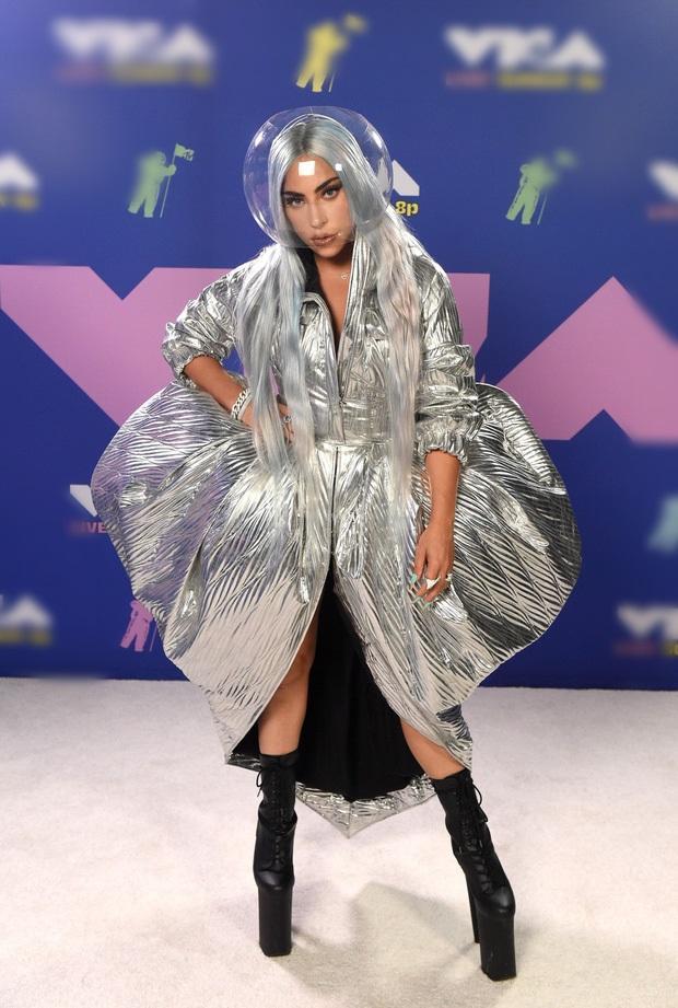 Thảm đỏ VMAs: Miley Cyrus mặc như không - Lady Gaga thay liền 6 bộ đồ cực dị-5