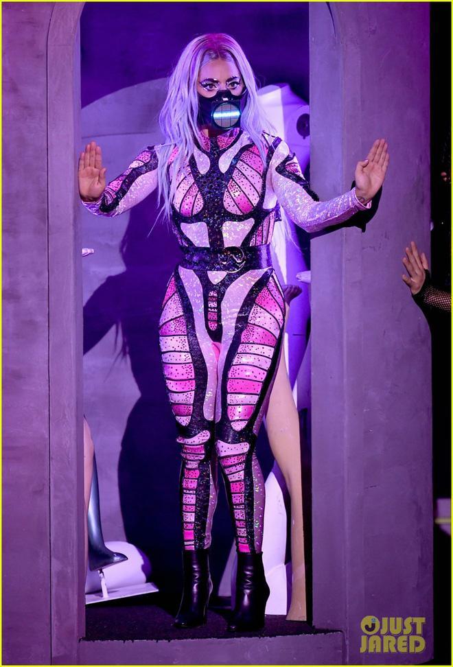 Thảm đỏ VMAs: Miley Cyrus mặc như không - Lady Gaga thay liền 6 bộ đồ cực dị-6