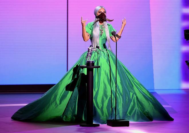 Thảm đỏ VMAs: Miley Cyrus mặc như không - Lady Gaga thay liền 6 bộ đồ cực dị-7