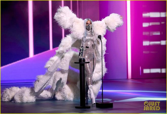 Thảm đỏ VMAs: Miley Cyrus mặc như không - Lady Gaga thay liền 6 bộ đồ cực dị-8