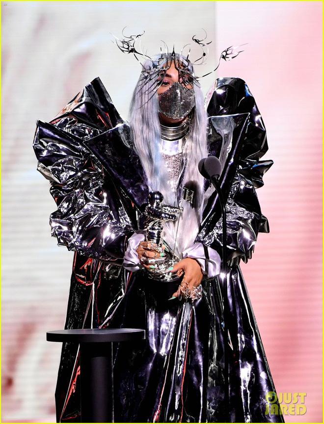 Thảm đỏ VMAs: Miley Cyrus mặc như không - Lady Gaga thay liền 6 bộ đồ cực dị-9