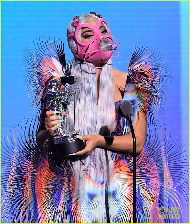 Thảm đỏ VMAs: Miley Cyrus mặc như không - Lady Gaga thay liền 6 bộ đồ cực dị-10