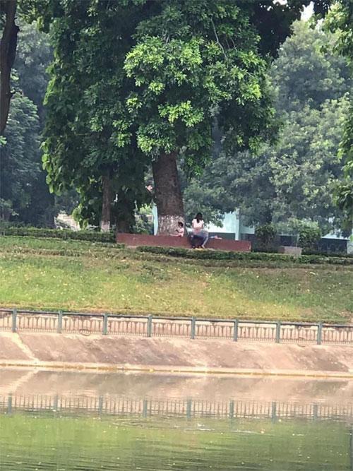 Cặp đôi thản nhiên diễn cảnh nóng ngay trước mặt trẻ nhỏ ở công viên Thủ Lệ-1