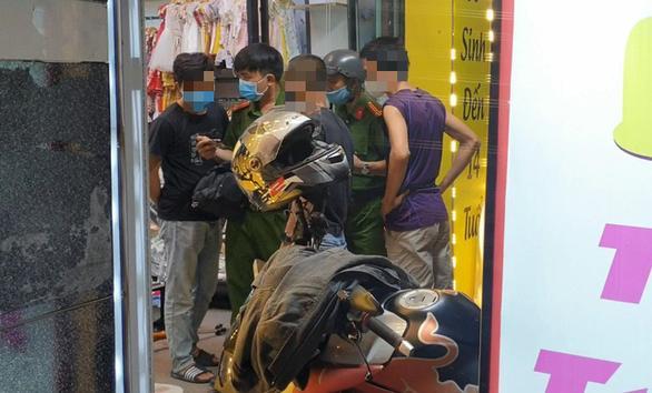 Clip: Hãi hùng người đàn ông cầm dao đâm nữ nhân viên, cướp tiền vàng ở Sài Gòn-2