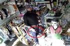 Clip: Hãi hùng người đàn ông cầm dao đâm nữ nhân viên, cướp tiền vàng ở Sài Gòn
