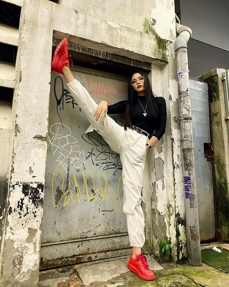 Hết đồ đôi, Kỳ Duyên - Minh Triệu còn pose dáng khó nhằn cùng khoe chân dài-3