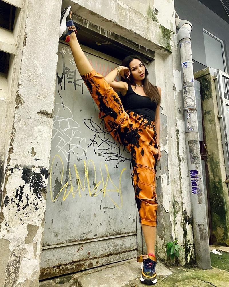 Hết đồ đôi, Kỳ Duyên - Minh Triệu còn pose dáng khó nhằn cùng khoe chân dài-4