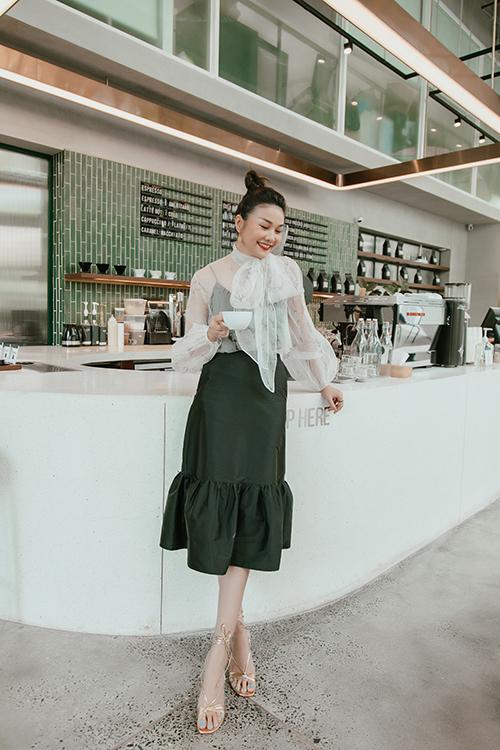 Hết đồ đôi, Kỳ Duyên - Minh Triệu còn pose dáng khó nhằn cùng khoe chân dài-8