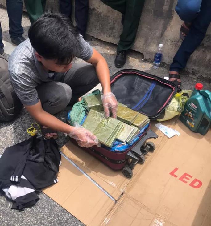 CLIP: Cảnh sát Hà Tĩnh nổ súng vây bắt nhóm buôn ma túy như phim hành động-4