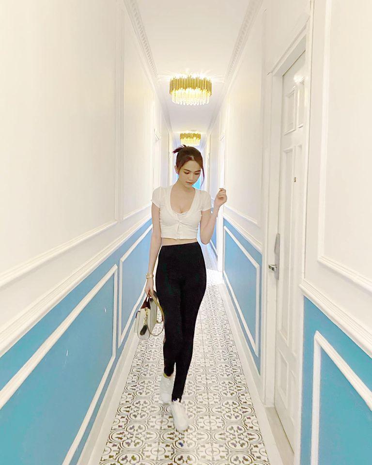 Hết đồ đôi, Kỳ Duyên - Minh Triệu còn pose dáng khó nhằn cùng khoe chân dài-1