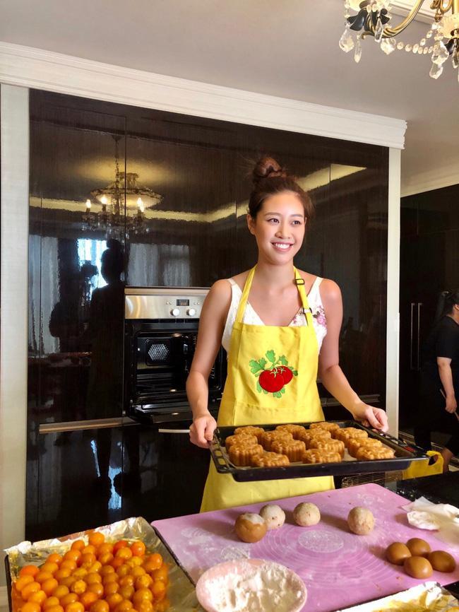 Hoa hậu Khánh Vân lần đầu vào bếp làm bánh Trung thu tặng bạn bè, người thân-1