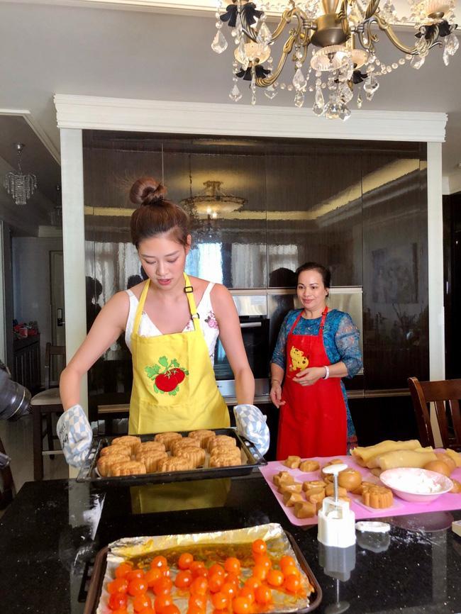 Hoa hậu Khánh Vân lần đầu vào bếp làm bánh Trung thu tặng bạn bè, người thân-3