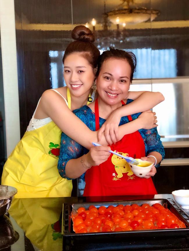 Hoa hậu Khánh Vân lần đầu vào bếp làm bánh Trung thu tặng bạn bè, người thân-5