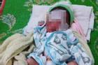 Trẻ sơ sinh bị bỏ cả ngày giữa nắng nóng, không mảnh vải che thân