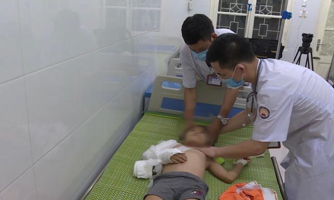 Nửa đêm, người dân Hà Nội vây kín xem công an vây bắt ông bố bạo hành con gái 6 tuổi-8