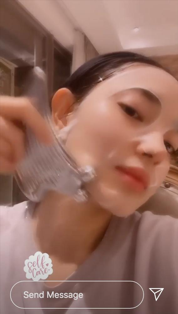 Chăm massage với cây lăn của giới nhà giàu nên da Châu Bùi luôn căng đét, chị em xem xong sẽ muốn đu theo-4