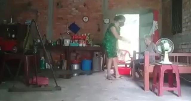 Bắt người con gái đổ rác vào miệng, đổ phân lên đầu mẹ già ở Long An-2