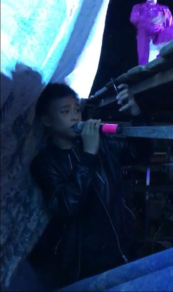 Hồ Văn Cường núp dưới gầm sân khấu hát bè cho mẹ nuôi Phi Nhung-4