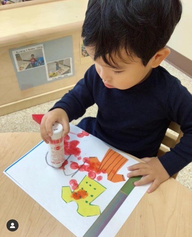 Quý tử 1 tuổi làm thiệp mừng sinh nhật Phạm Hương, rất dễ thương dù không ra hình thù-5