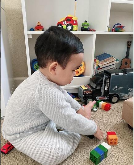 Quý tử 1 tuổi làm thiệp mừng sinh nhật Phạm Hương, rất dễ thương dù không ra hình thù-7