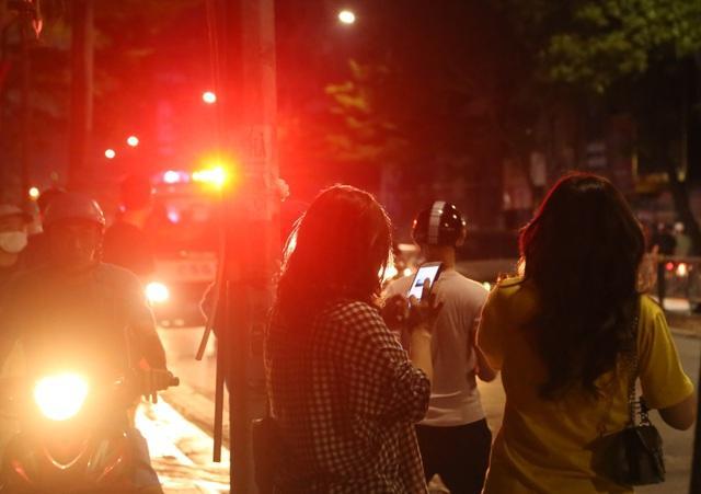 Nửa đêm, người dân Hà Nội vây kín xem công an vây bắt ông bố bạo hành con gái 6 tuổi-2