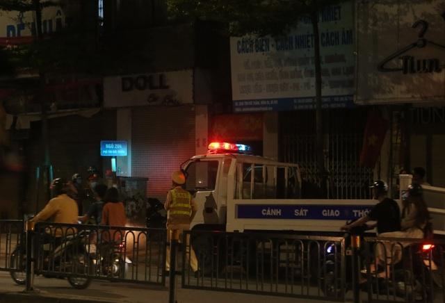 Nửa đêm, người dân Hà Nội vây kín xem công an vây bắt ông bố bạo hành con gái 6 tuổi-6