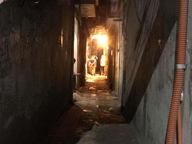 Nửa đêm, người dân Hà Nội vây kín xem công an vây bắt ông bố bạo hành con gái 6 tuổi-1