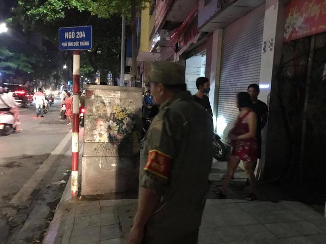 Nửa đêm, người dân Hà Nội vây kín xem công an vây bắt ông bố bạo hành con gái 6 tuổi-5