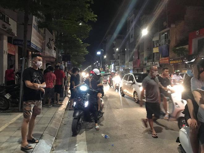 Nửa đêm, người dân Hà Nội vây kín xem công an vây bắt ông bố bạo hành con gái 6 tuổi-4