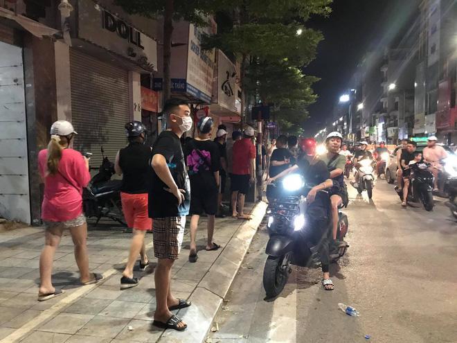 Nửa đêm, người dân Hà Nội vây kín xem công an vây bắt ông bố bạo hành con gái 6 tuổi-3