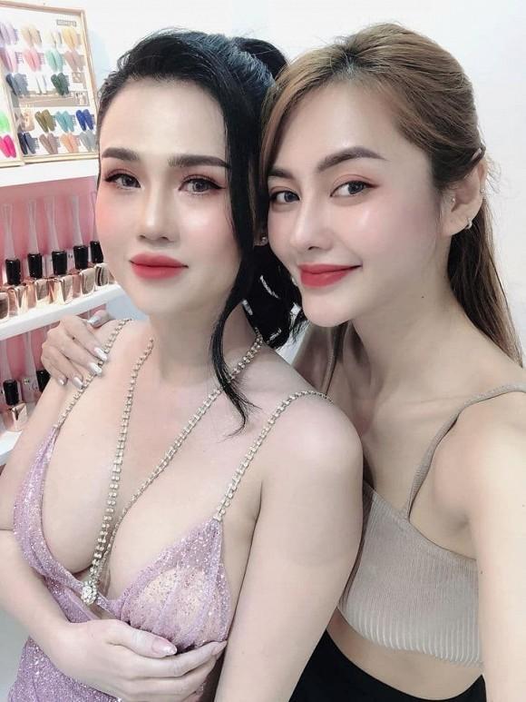 Ngọc Trinh bị chính chị gái dìm hàng khi mặc cùng 1 bộ váy cắt khoét táo bạo-5