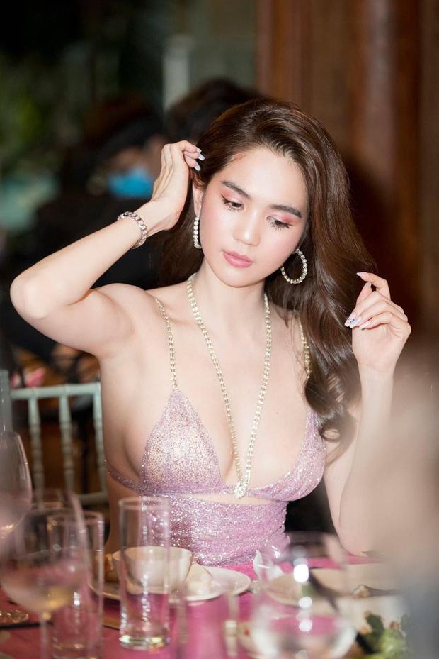 Ngọc Trinh bị chính chị gái dìm hàng khi mặc cùng 1 bộ váy cắt khoét táo bạo-6