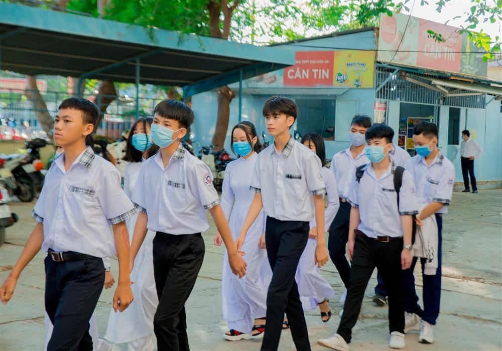Đeo khẩu trang dự khai giảng, nam sinh trường Quang Trung hở mỗi đôi mắt vẫn đẹp không thể tả-3