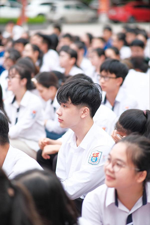 Đeo khẩu trang dự khai giảng, nam sinh trường Quang Trung hở mỗi đôi mắt vẫn đẹp không thể tả-9