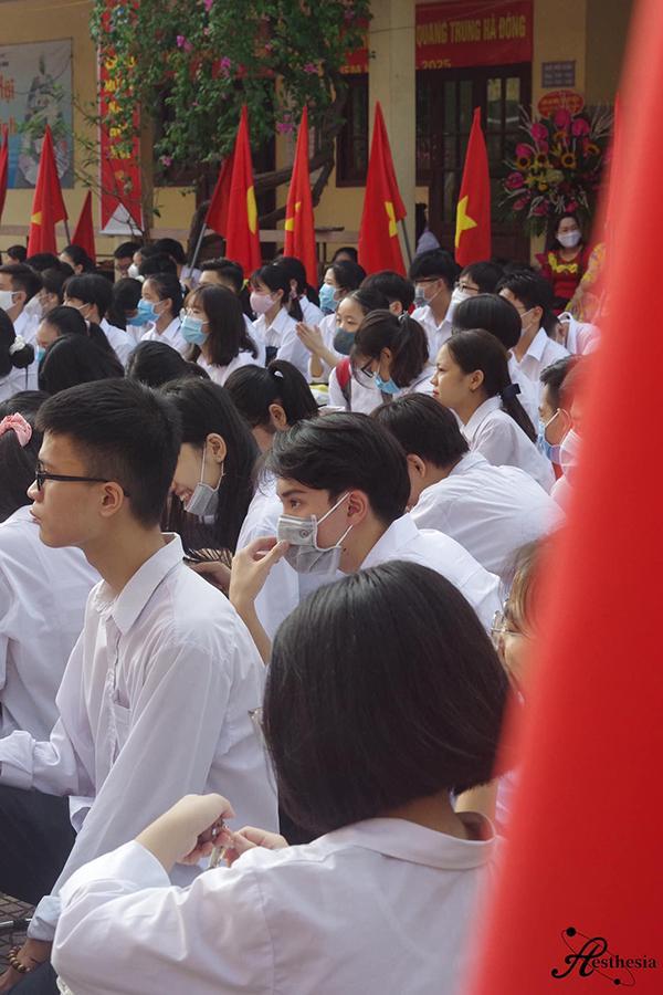 Đeo khẩu trang dự khai giảng, nam sinh trường Quang Trung hở mỗi đôi mắt vẫn đẹp không thể tả-1