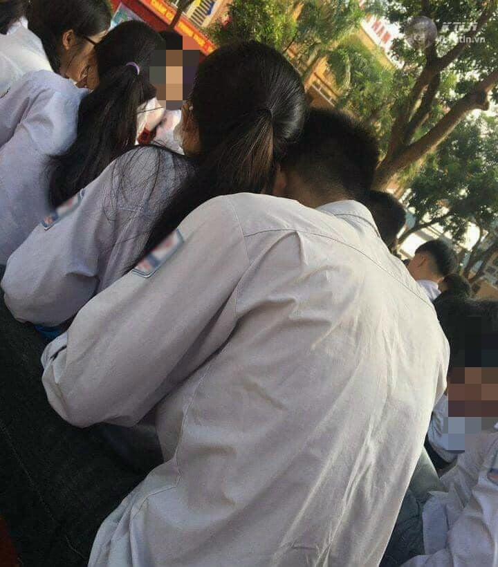 Học sinh đi khai giảng mà ôm ấp không rời, cô giáo xử thẳng tay cả anh lẫn chị-1