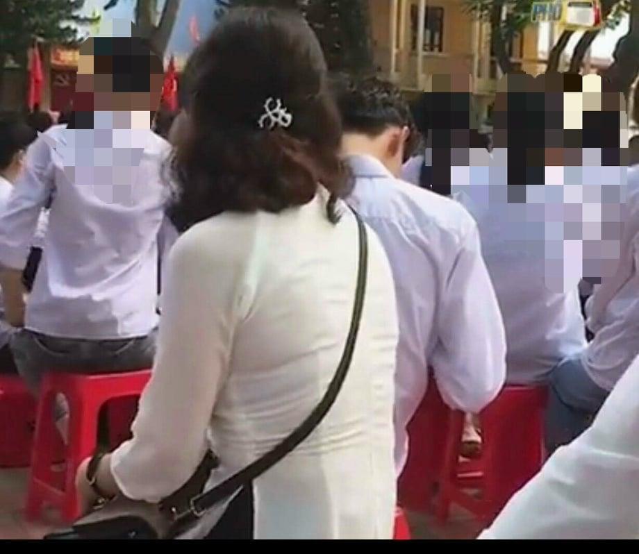 Học sinh đi khai giảng mà ôm ấp không rời, cô giáo xử thẳng tay cả anh lẫn chị-3