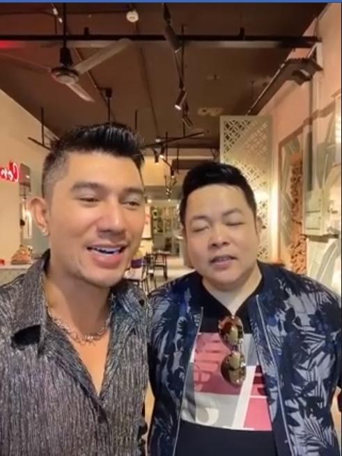 Quang Lê livestream cùng Ngân 98 mà mắt chỉ chăm chăm nhìn vòng 1 đàn em-1