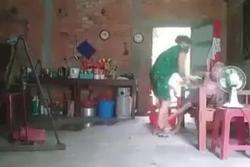 Người quay clip 'con đánh đập, đổ phân lên đầu mẹ già' có bị xử lý không?