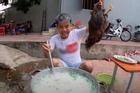 Hưng Vlog bị xử phạt 7,5 triệu đồng vì đăng tải video nấu cháo gà còn nguyên lông