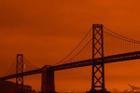 Cây cầu nổi tiếng Mỹ bị che phủ dưới bầu trời màu cam