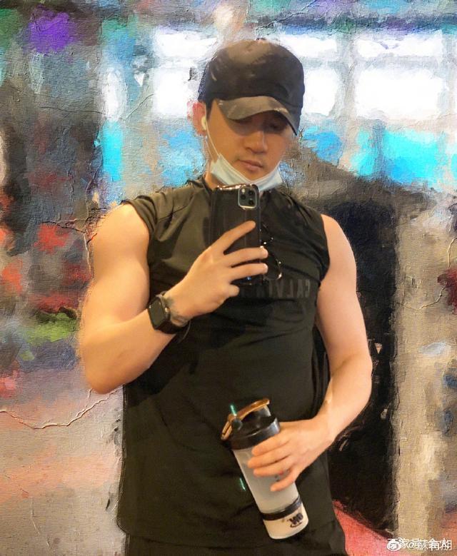 Ngũ A Ca Tô Hữu Bằng khoe body cơ bắp, vẻ ngoài trẻ trung ở tuổi 47-1