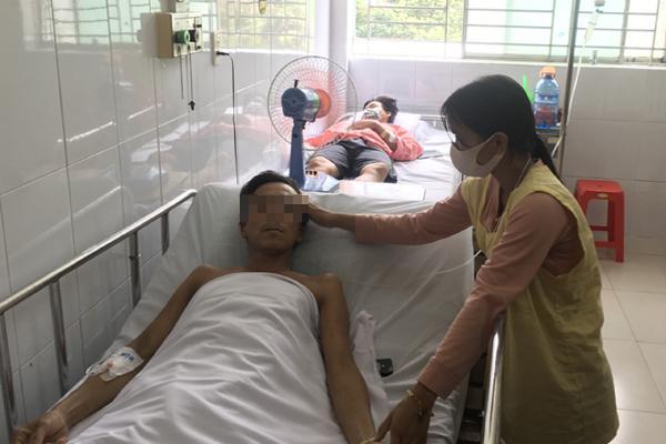 Cuộc chiến giành sự sống cho người đàn ông mang rắn vào viện cấp cứu-1