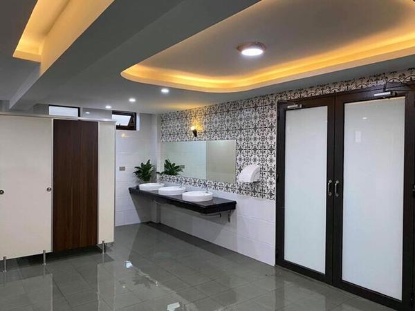 Choáng ngợp nhà vệ sinh trường người ta: Đẹp như khách sạn 5 sao-1
