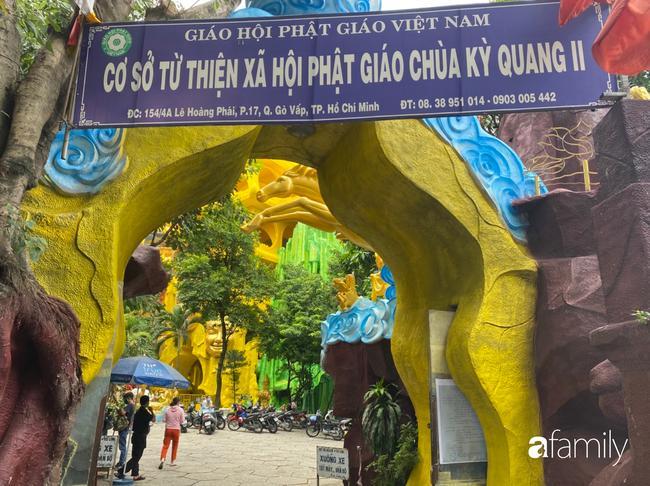 Éo le nhiều gia đình nhận chung hũ tro cốt người thân bị thất lạc di ảnh gửi tại chùa Kỳ Quang 2-1