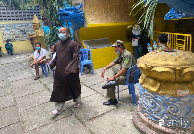 Éo le nhiều gia đình nhận chung hũ tro cốt người thân bị thất lạc di ảnh gửi tại chùa Kỳ Quang 2-2